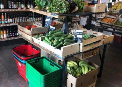mobilier magasin bio, étagères légumes