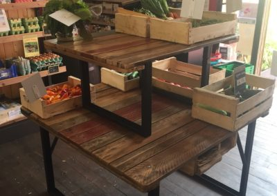 mobilier magasin bio, étagères avec cageots