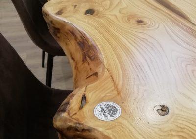 table en bois et résine,détail