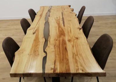 Table en bois et résine